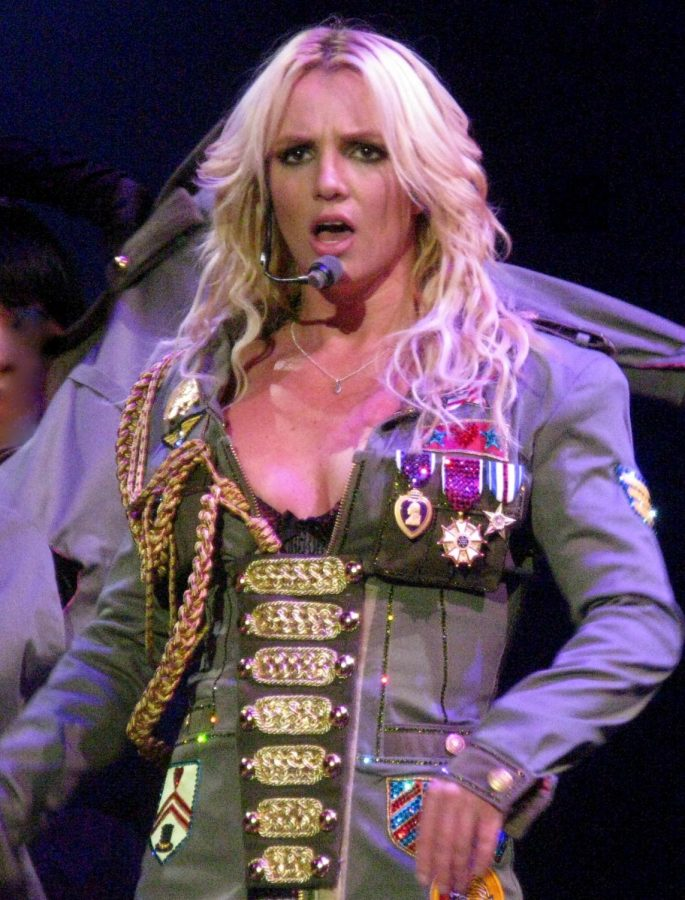 Britney-Spears_Boys_(cropped)